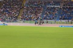 Athleten auf 100 m-Rennen lizenzfreies stockbild