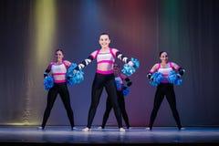 Athleten betreten, junge Cheerleadern durchführen an der cheerleading Meisterschaft die Bühne stockfotografie