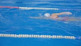 Athleten bildeten Schwimmer im Pool aus stock footage