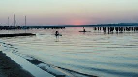 Athleten des Wassersports in einem Kajak auf dem Fluss Lizenzfreie Stockfotografie