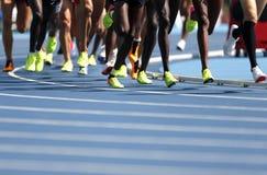 Athleten, die in den 5000m an der athletischen Meisterschaft konkurrieren stockbild