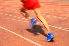 Athleten, die in den Spielplatz der Rollbahn laufen lizenzfreies stockfoto