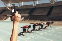 Athleten, die für ein Rennen auf einer Laufbahn anlaufen stockfotos