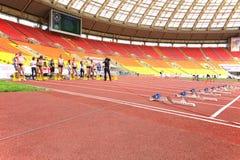 Athleten, die für das Rennen sich vorbereiten Lizenzfreies Stockfoto