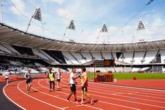 Athleten, die Hände im olympischen Stadion rütteln Lizenzfreie Stockfotos
