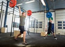 Athleten, die mit Barbells trainieren lizenzfreies stockbild