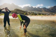 Athleten, die nach Triathlonschulungseinheit stillstehen stockbild