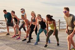 Athleten, die nachdem dem Laufen sich entspannen und sprechen stockfotografie