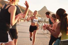 Athleten, die nachdem dem Laufen sich entspannen und sprechen stockbild
