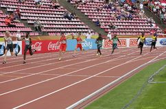 Athleten, die Relais der Meter 4x100 in der Meisterschaft IAAF-Weltu20 in Tampere, Finnland am 13. Juli 2018 laufen lassen lizenzfreie stockfotografie