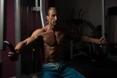 Athleten-Doing Heavy Weight-Übung für Kasten Lizenzfreie Stockbilder