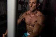 Athleten-Doing Heavy Weight-Übung für Kasten Lizenzfreies Stockfoto