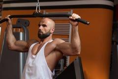 Athleten-Doing Heavy Weight-Übung für Rückseite Stockfotografie