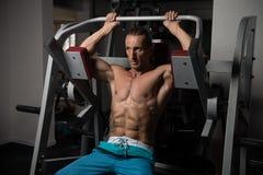 Athleten-Doing Heavy Weight-Übung für Rückseite Lizenzfreie Stockbilder