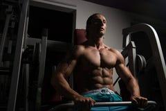Athleten-Doing Heavy Weight-Übung für Rückseite Lizenzfreie Stockfotografie