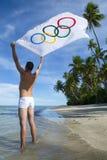 Athleten-Holding Olympic Flag-Brasilianer-Strand Stockfotografie