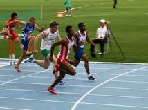 Athleten konkurrieren in den 110 abschließenden Metern Stockfotos