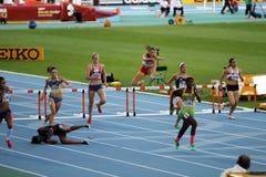 Athleten konkurrieren in den 400-abschließenden Meter-Hürden stockbild