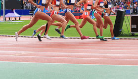 Athleten konkurrieren im Rennen Lizenzfreie Stockfotografie