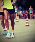Athleten lassen den Marathon mit Weinleseeffekt laufen lizenzfreie stockfotografie