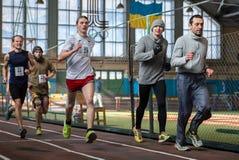 Athleten lassen einen Abstand von 5 Kilometern in der Arena laufen Lizenzfreie Stockfotografie