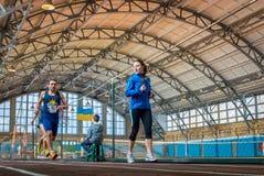 Athleten lassen einen Abstand von 5 Kilometern in der Arena laufen Stockfotos