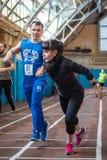 Athleten lassen einen Abstand von 5 Kilometern in der Arena laufen Lizenzfreie Stockbilder