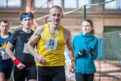 Athleten lassen einen Abstand von 5 Kilometern in der Arena laufen Lizenzfreies Stockbild