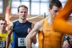 Athleten lassen einen Abstand von 5 Kilometern in der Arena laufen Lizenzfreies Stockfoto