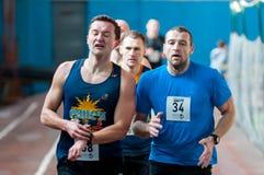 Athleten lassen einen Abstand von 5 Kilometern in der Arena laufen Stockfoto