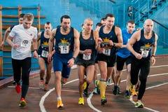 Athleten lassen einen Abstand von 5 Kilometern in der Arena laufen Stockfotografie