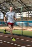Athleten lassen einen Abstand von 5 Kilometern in der Arena laufen Stockbilder
