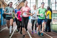 Athleten lassen einen Abstand von 5 Kilometern in der Arena laufen Stockbild