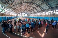 Athleten lassen einen Abstand von 5 Kilometern in der Arena laufen Lizenzfreie Stockfotos