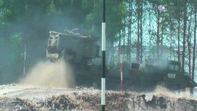 Athleten laufen gelassen zwischen Stadien in extrim Rennen Tyumen stock video