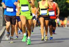 Athleten laufen schnell während des laufenden Rennens in der Stadt stockbilder