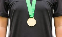 Athleten-Standing With Gold-Medaillen Lizenzfreie Stockfotos