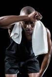 Athletenabwischen geschwitzt mit den Händen beim Verbiegen Lizenzfreie Stockbilder