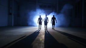 Athletenboxer gehen für Sporthalle stock video footage