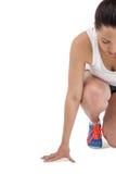 Athletenfrau in bereitem in Laufposition stockfoto