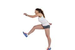 Athletenfrau, die auf weißem Hintergrund läuft stockbild