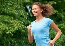 Athletenfrau, die draußen rüttelt lizenzfreies stockfoto
