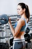 Athletenfrau mit Dumbbells Stockfotos