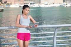 Athletengeschäftsmann, der eine Tablette hält Athletische Frau im sportswe Stockfoto