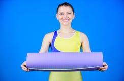Athletengriff-Eignungsmatte des M?dchens d?nne geeignete Eignung und Ausdehnen Ausdehnen der Muskeln Athletenyogatrainer Yogaklas lizenzfreies stockbild