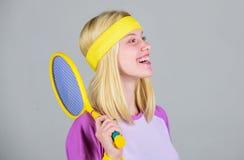 Athletengriff-Tennisschläger in der Hand Tennisvereinkonzept Aktive Freizeit und Liebhaberei Tennissport und -unterhaltung Mädche lizenzfreie stockfotografie