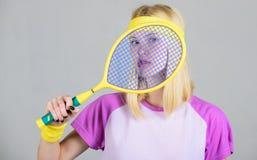 Athletengriff-Tennisschläger in der Hand Tennisvereinkonzept Tennissport und -unterhaltung Aktive Freizeit und Liebhaberei Mädche stockfotografie