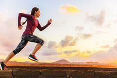 Athletenhinterlaufendes Frauenläufertraining Herz stockbilder