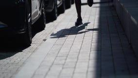 Athletenläufe hinunter die Straße stock video