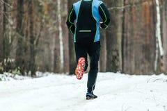 Athletenläufer, der einen Marathonwinter laufen lässt Stockbilder